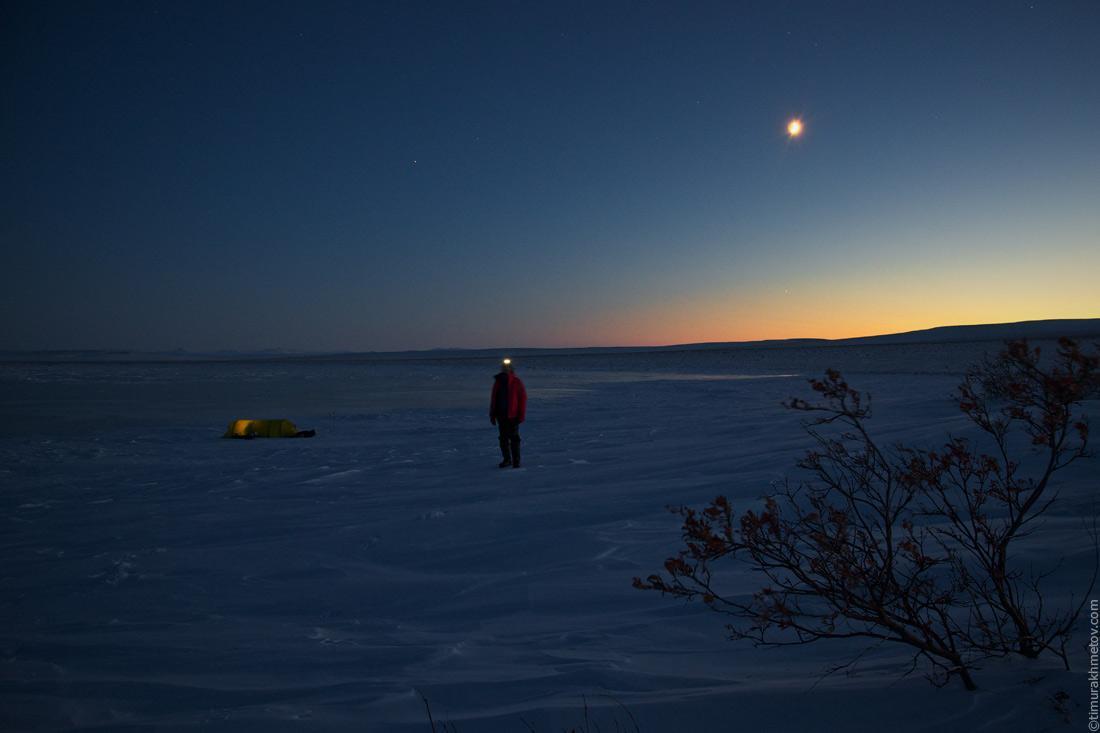 Лагерь на берегу озера. Вечерами ещё темно, а к концу путешествия начнутся белые ночи.