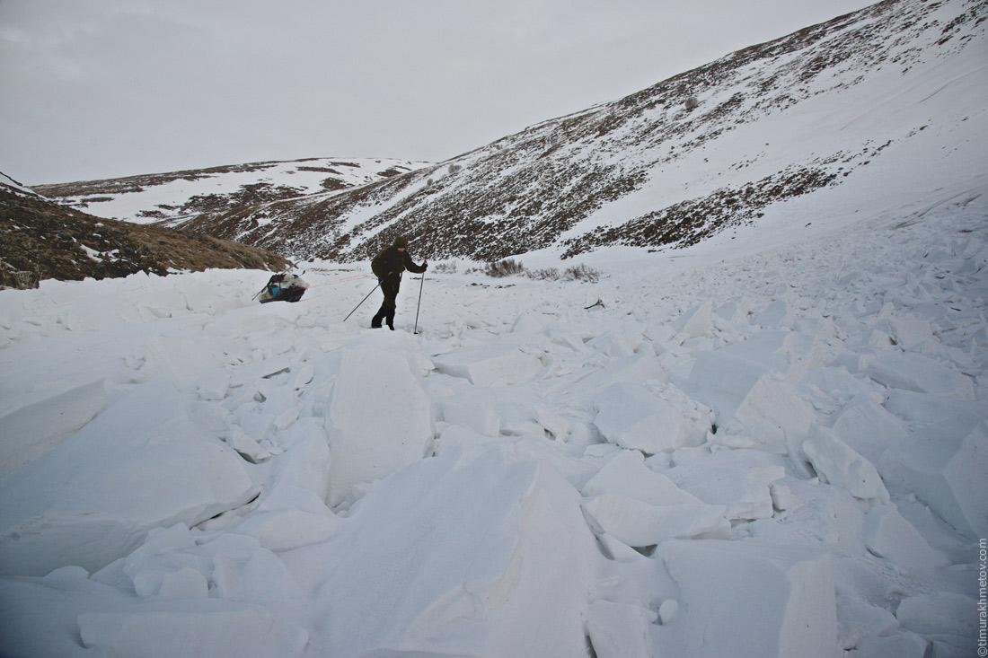 Лёха пробирается через лавинный вынос.