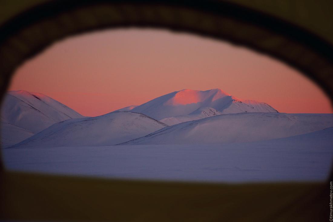 Вид на горы из окна палатки.