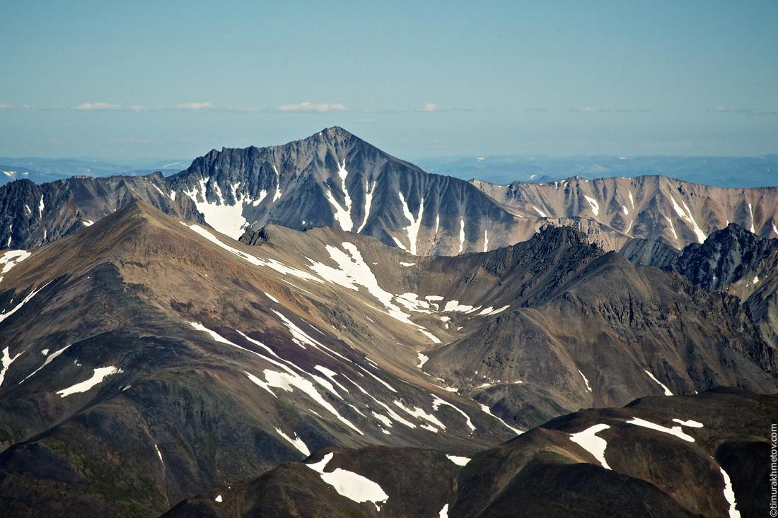Пик Гранитный на фоне горы Звезда