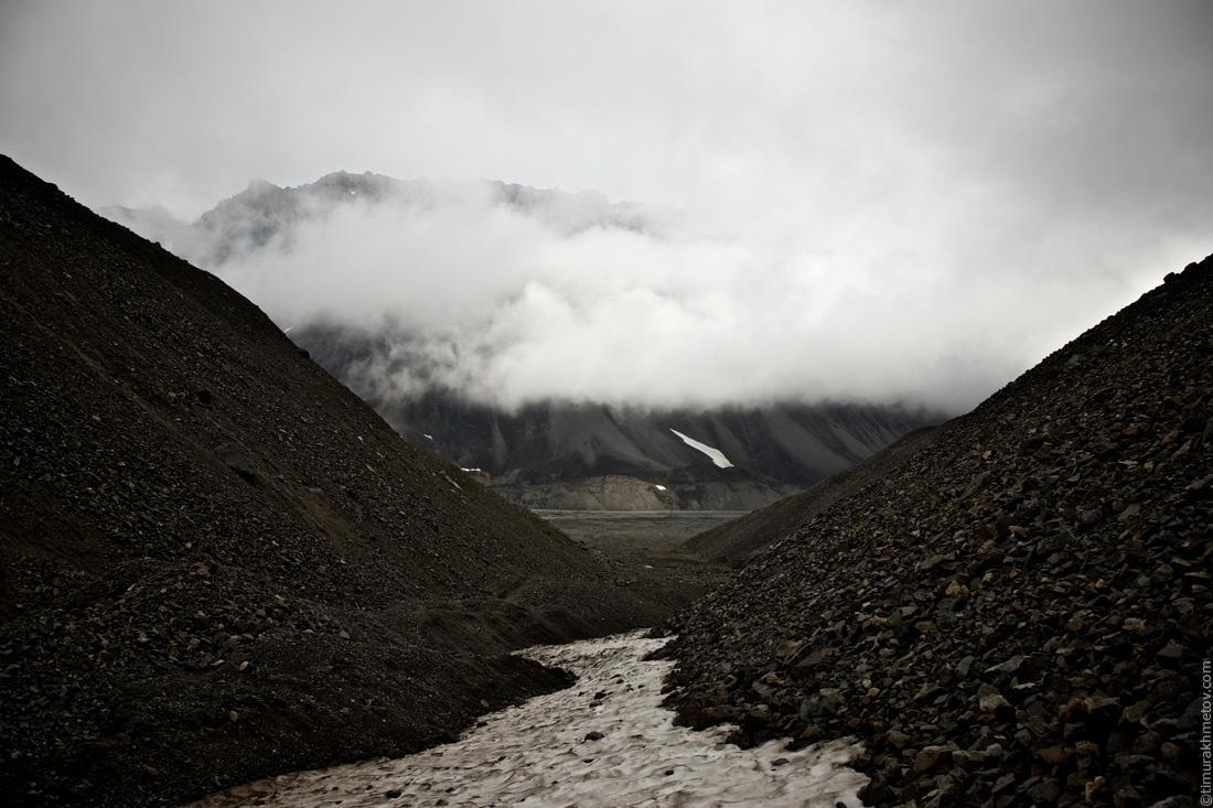 Арка Полярный Круг на фоне скал южного гребня пика Гранитный