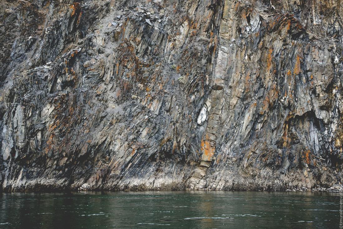 Скалы у воды