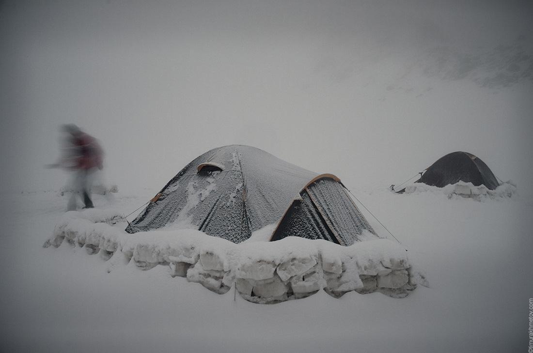 Палатки припорошенные снегом