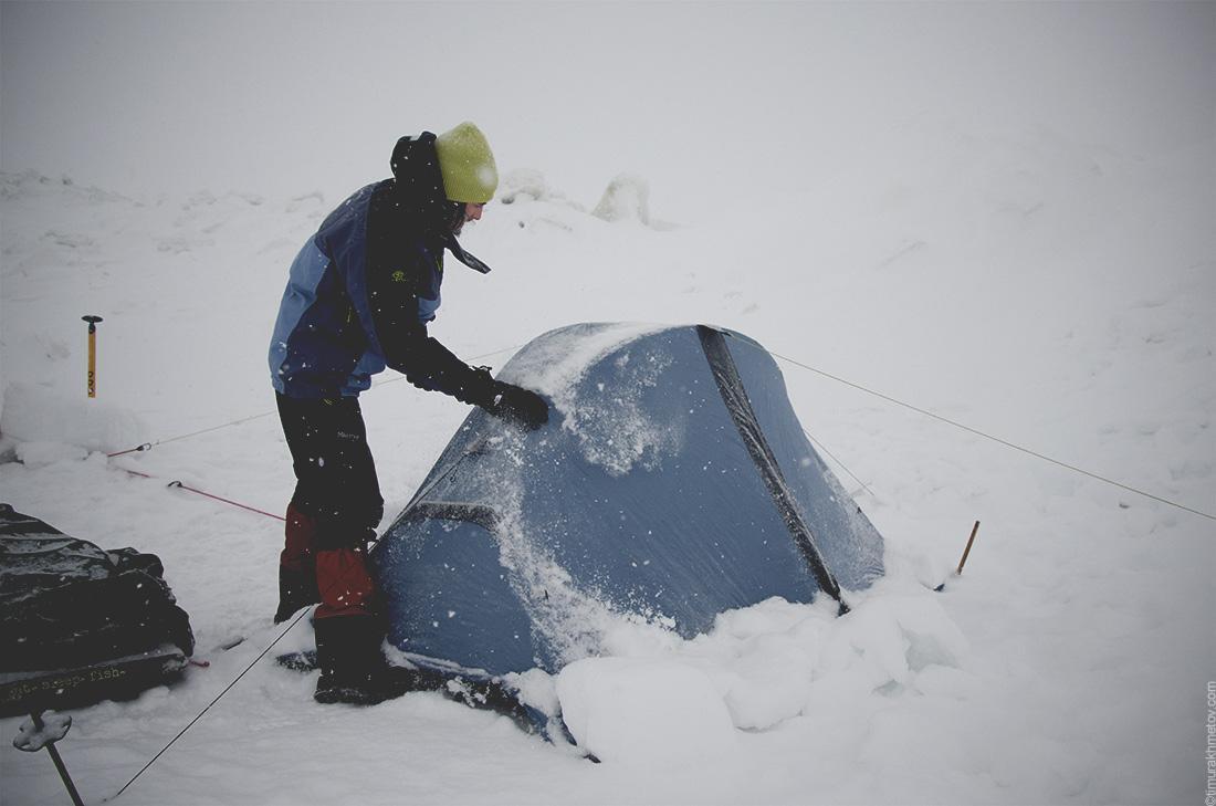 Палатка, засыпанная снегом