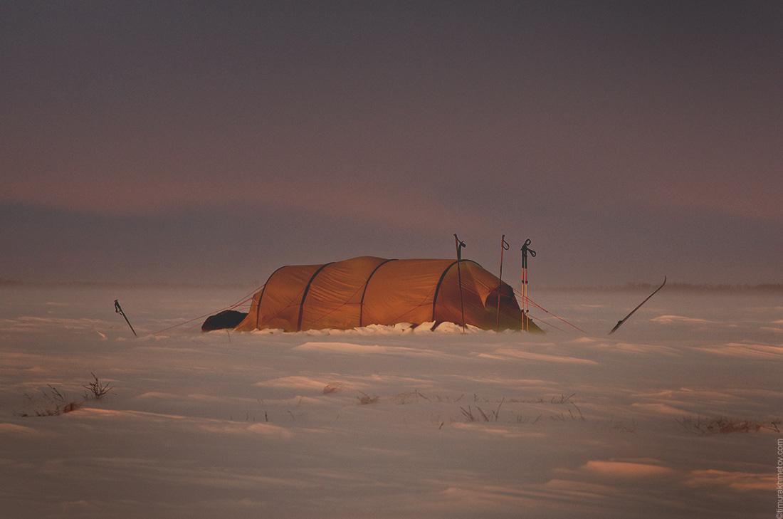 Палатка на закате в зимнем походе