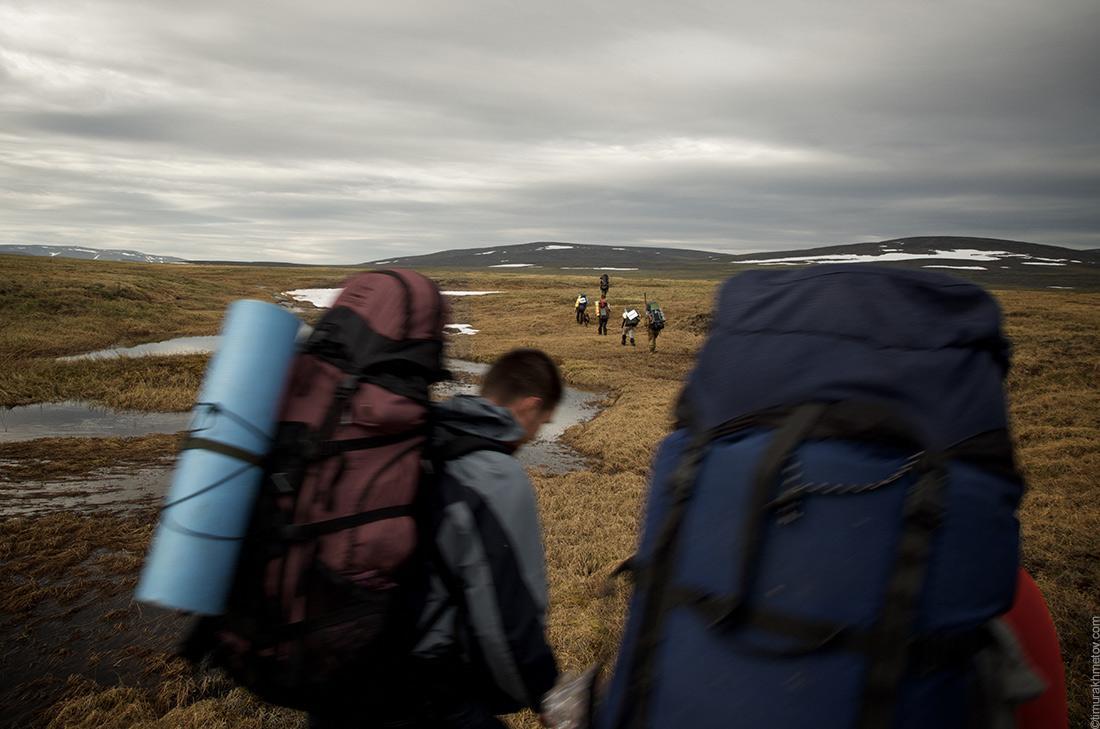 Пенка на рюкзаке и туристы