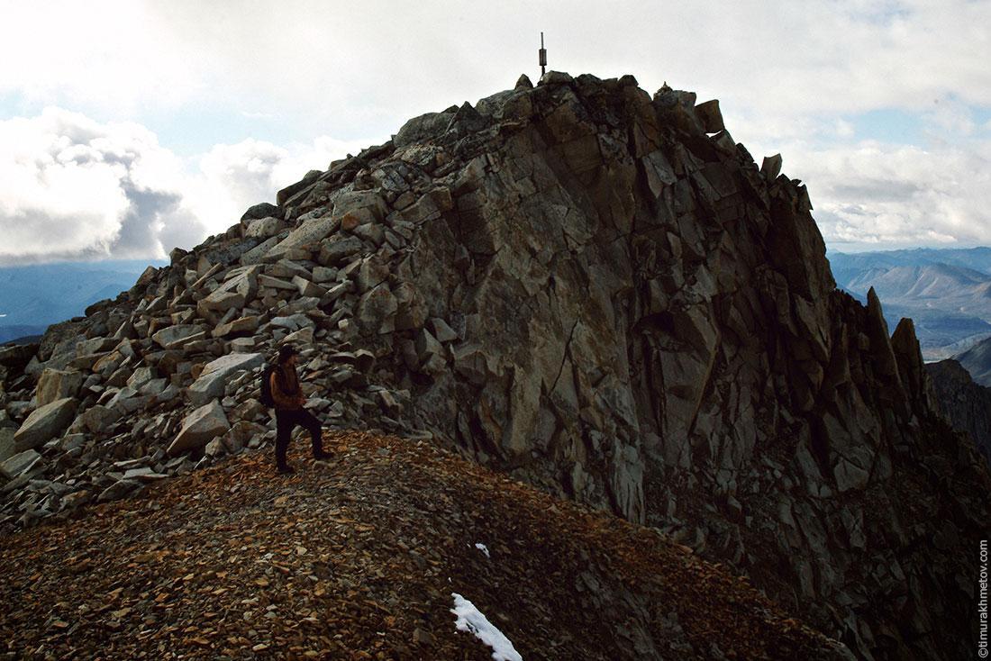 На фоне высочайшей вершины Чукотки