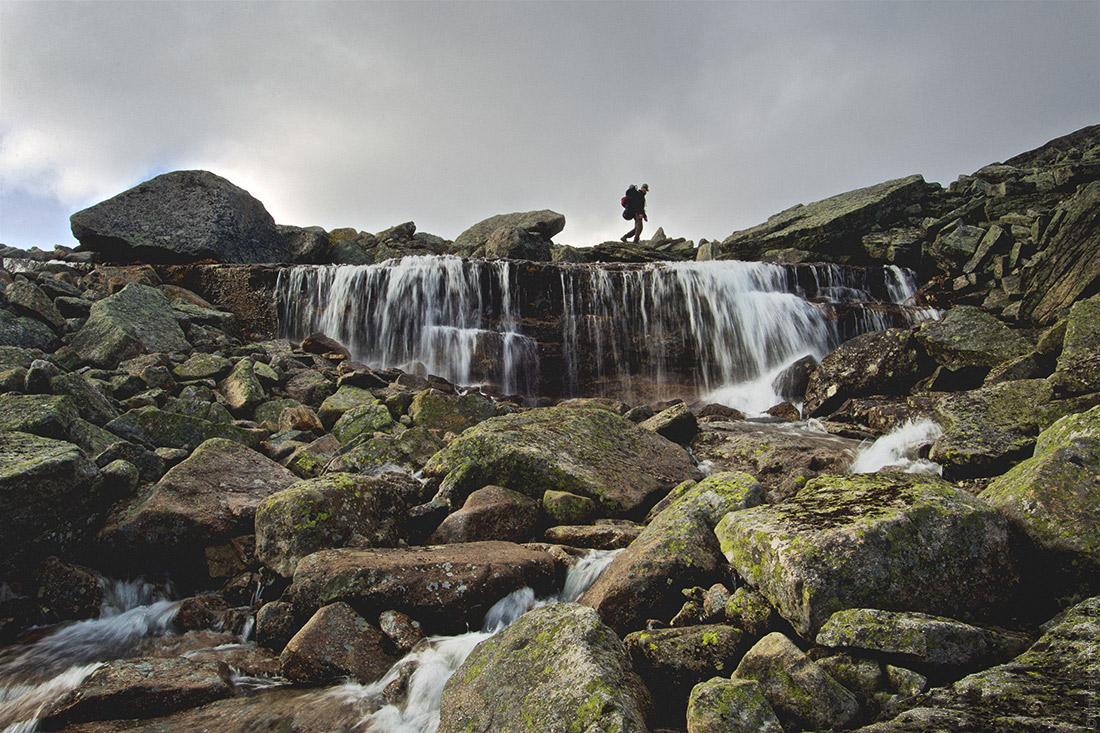 Водопад на скалах