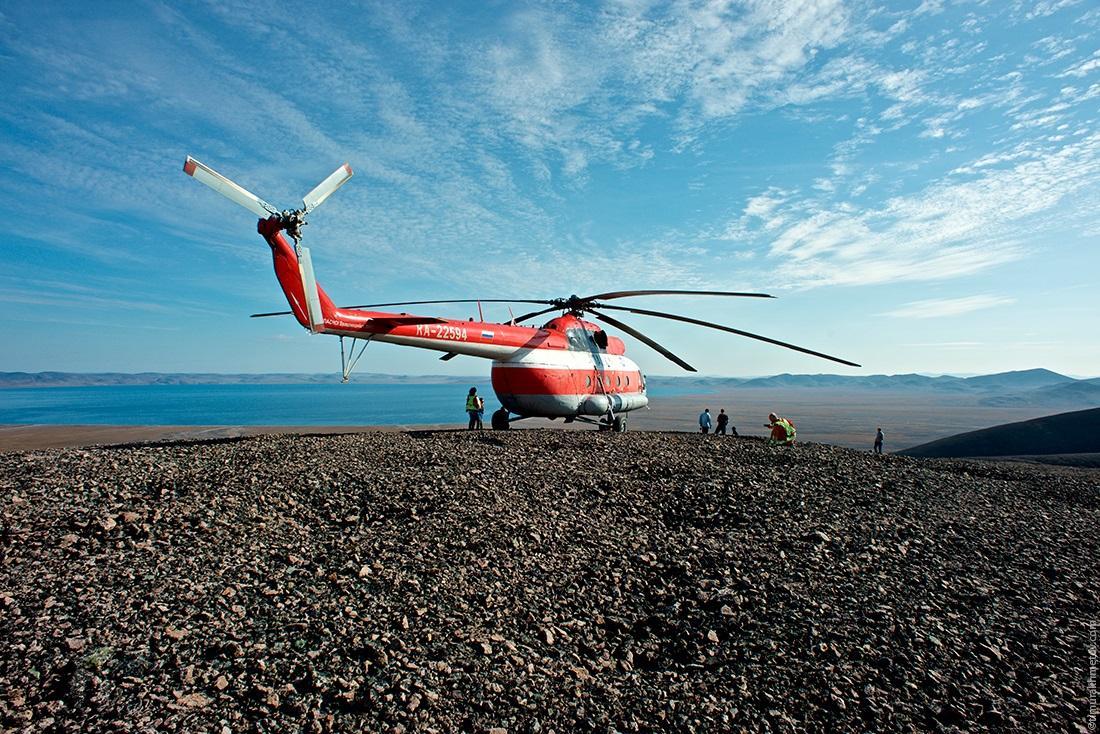 Ми-8 на фоне озера Эльгыгытгын.